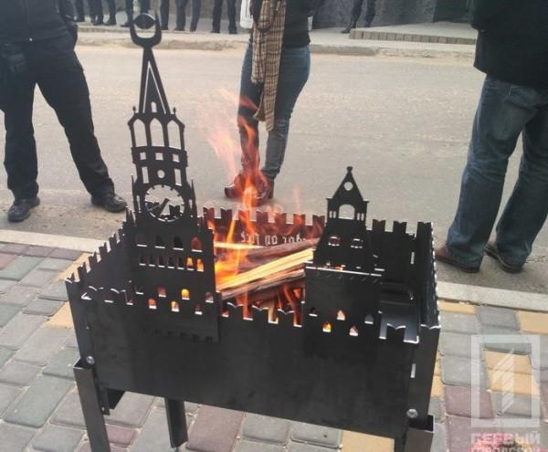 В-Одессе-под-Генконсульством-РФ-зажарили-«двуглавого-орла»-1