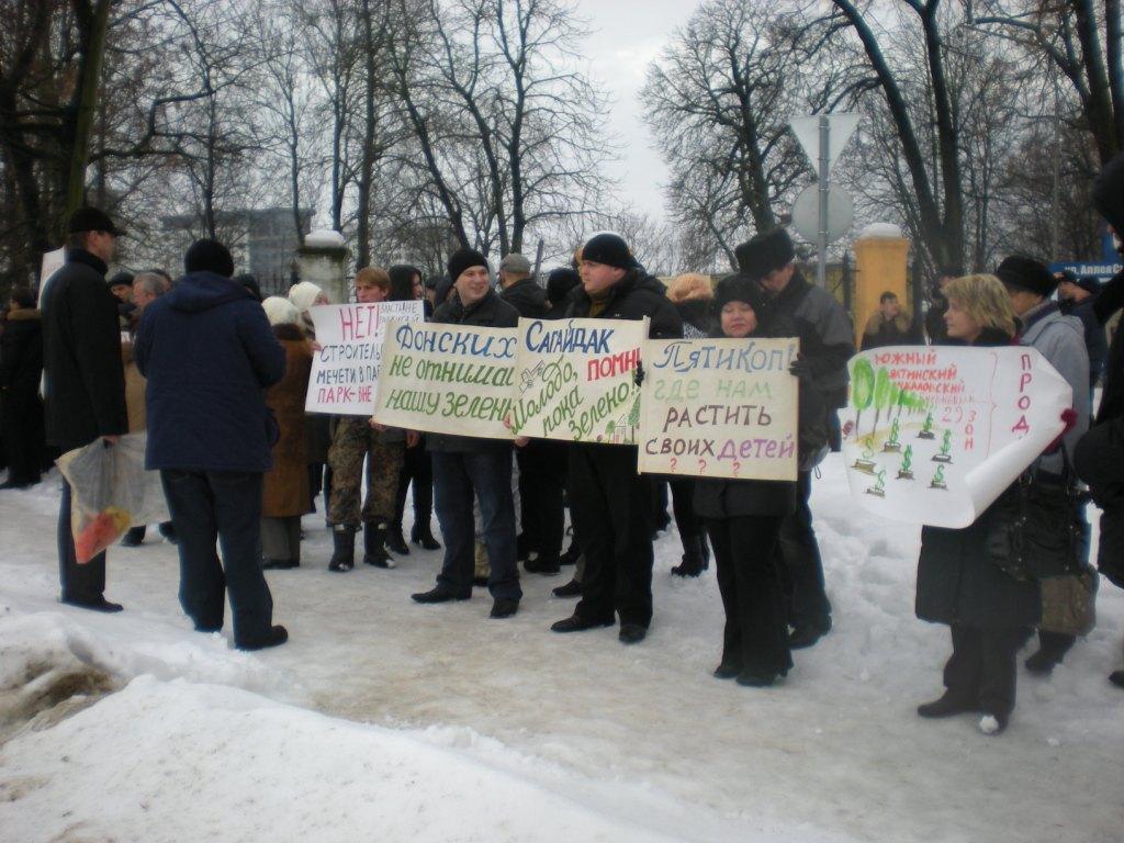 Mahnwache von Anwohnern gegen den Moscheebau im Südpark von Kaliningrad am 9. Januar 2011
