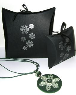 Предлагаю урок по изготовления вот такой несложной коробочки для упаковки браслетов, кулонов и подвесок.