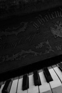 black_and_white_music_piano_classic_monochrome_piano_keys_1920x1080_wallpaper_Wallpaper_640x960_www.wall321.com