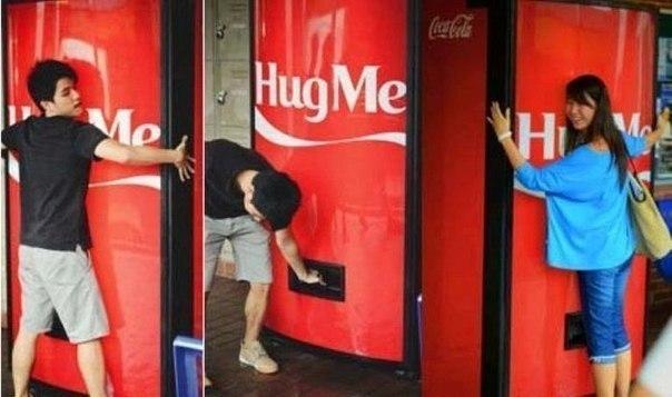Тем временем в Сингапуре. Автомат, выдающий колу, после объятий с ним!