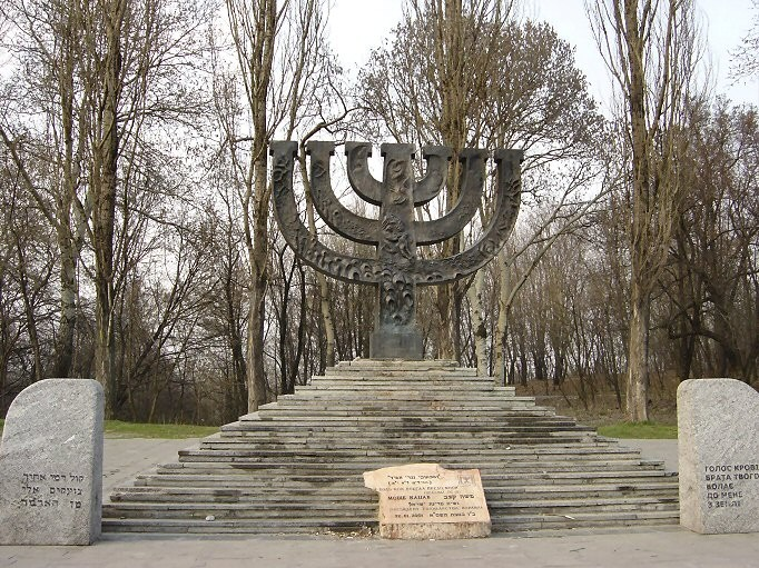 1435759234_babi_jar_menorah-monument