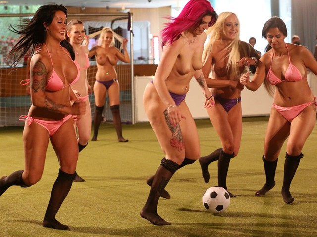 Голый футбол среди женщин фото, порно ролики сисястые тетки