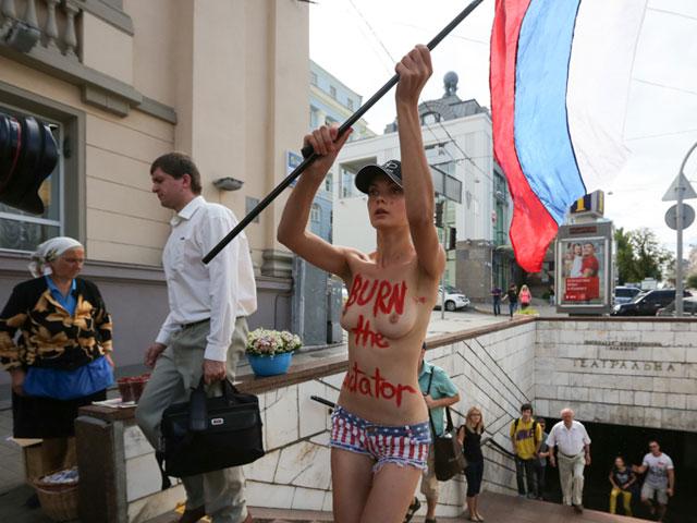 Акция FEMEN в поддержку Навального: самая малочисленная и самая эффектная. ФОТО 604384_20130719081542
