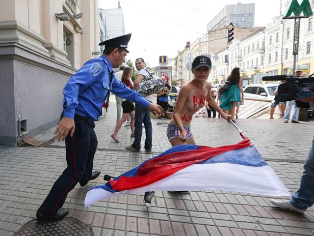 Акция FEMEN в поддержку Навального: самая малочисленная и самая эффектная. ФОТО 604385_20130719081542