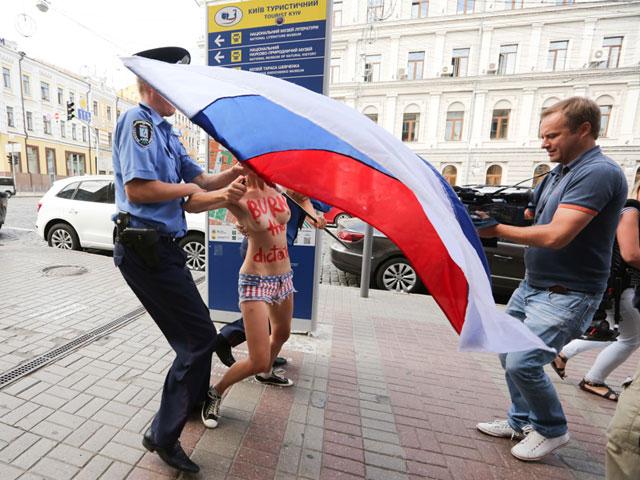 Акция FEMEN в поддержку Навального: самая малочисленная и самая эффектная. ФОТО 604386_20130719081542