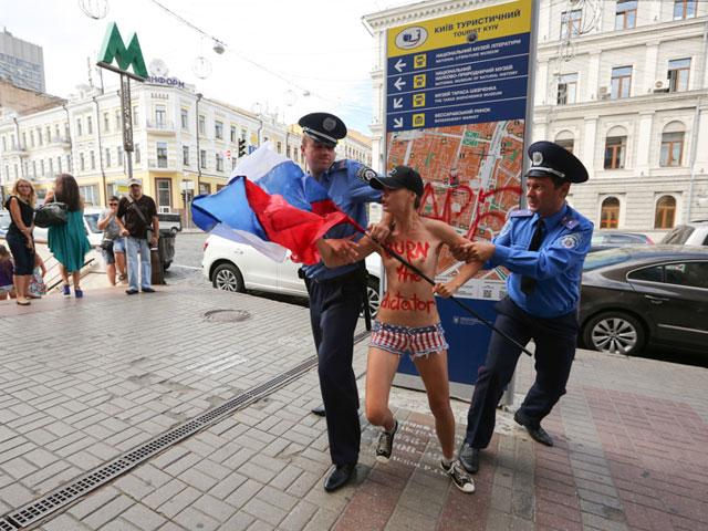 Акция FEMEN в поддержку Навального: самая малочисленная и самая эффектная. ФОТО 604387_20130719081709
