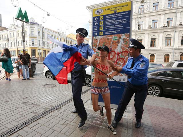 Акция FEMEN в поддержку Навального: самая малочисленная и самая эффектная. ФОТО 604388_20130719081709