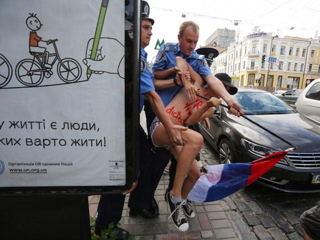 Акция FEMEN в поддержку Навального: самая малочисленная и самая эффектная. ФОТО 604389_20130719081709