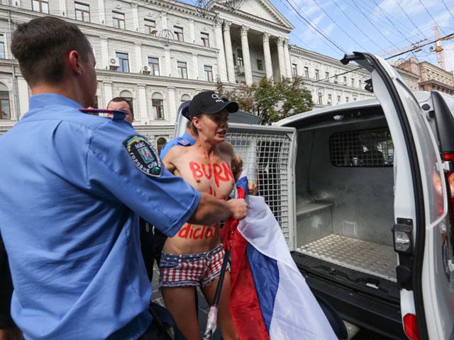 Акция FEMEN в поддержку Навального: самая малочисленная и самая эффектная. ФОТО 604391_20130719081709
