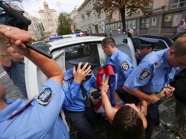 Акция FEMEN в поддержку Навального: самая малочисленная и самая эффектная. ФОТО 604392_20130719081709