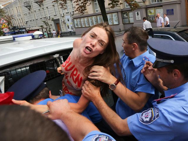 Акция FEMEN в поддержку Навального: самая малочисленная и самая эффектная. ФОТО 604393_20130719081709