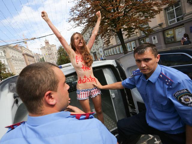 Акция FEMEN в поддержку Навального: самая малочисленная и самая эффектная. ФОТО 604394_20130719082446