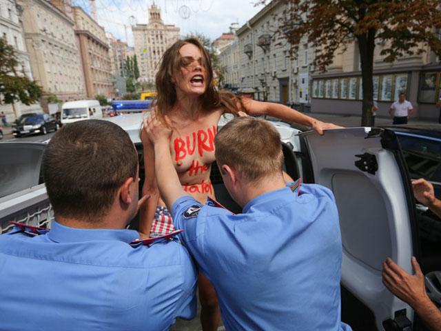 Акция FEMEN в поддержку Навального: самая малочисленная и самая эффектная. ФОТО 604396_20130719082446