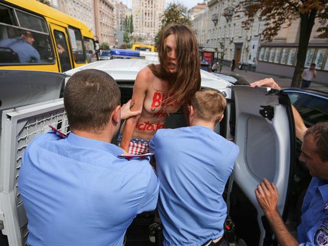 Акция FEMEN в поддержку Навального: самая малочисленная и самая эффектная. ФОТО 604397_20130719082446