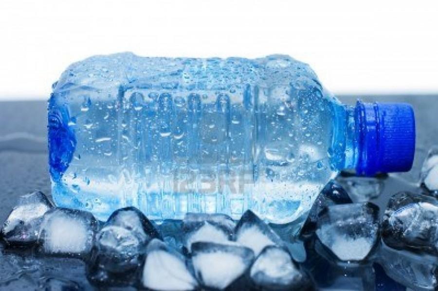 7101521-bottiglia-di-acqua-minerale-fredda-con-cubetti-di-ghiaccio