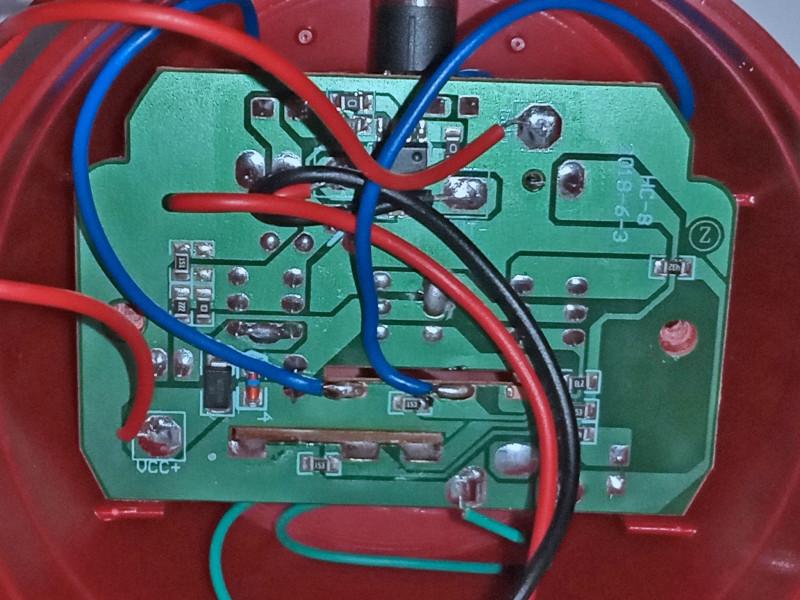 синие провода — слева земля, справа — сигнал