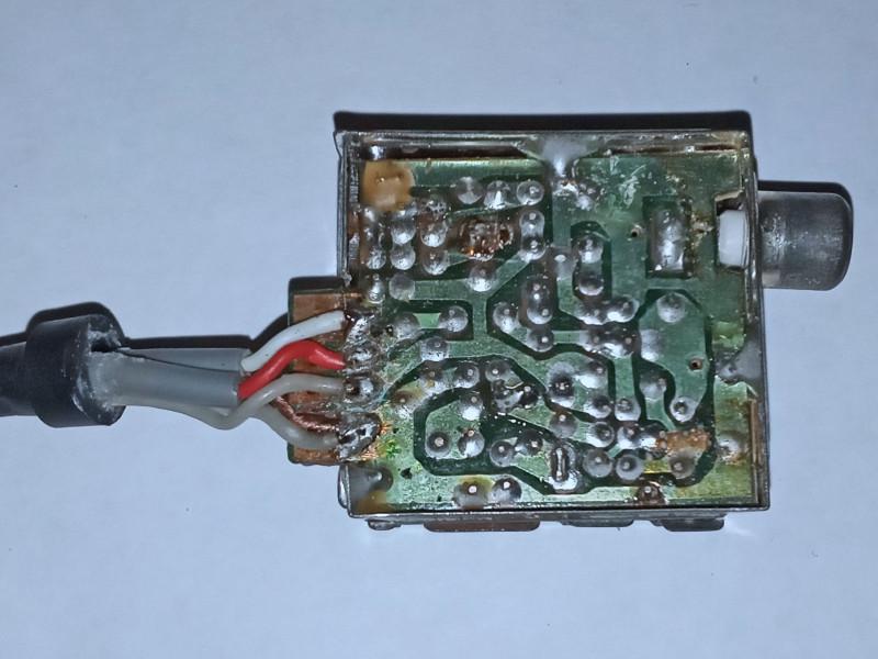 припаяны провода: сверху вниз: вход звука, вход видео, плюс питания 5 вольт, минус питания и земля