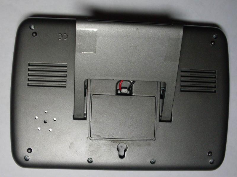 закрыта крышка с проводами