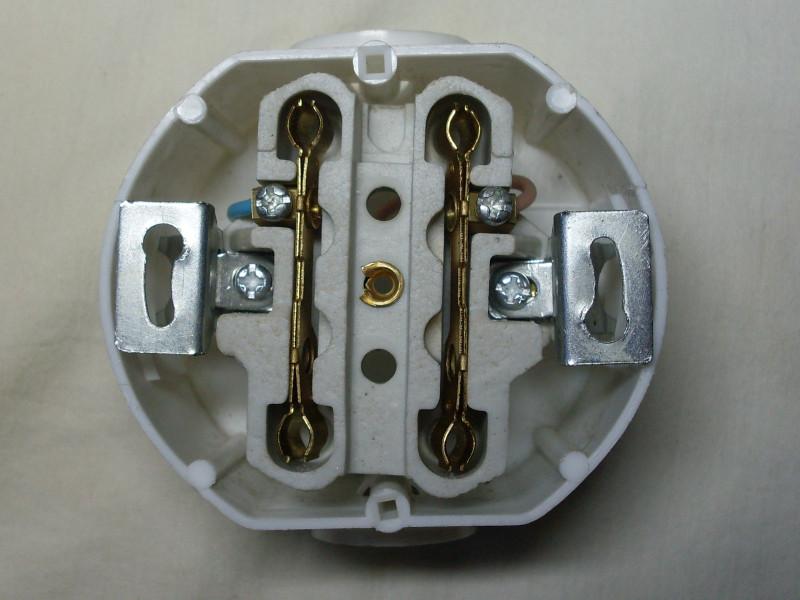 макет из подрозетника, проводов и внутренности розетки