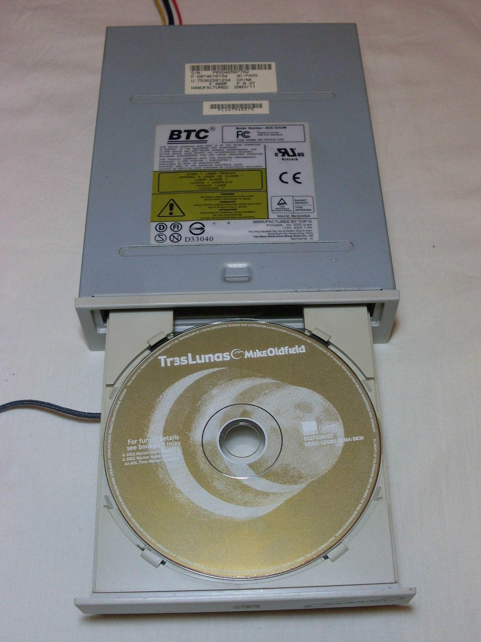 включенный привод с диском