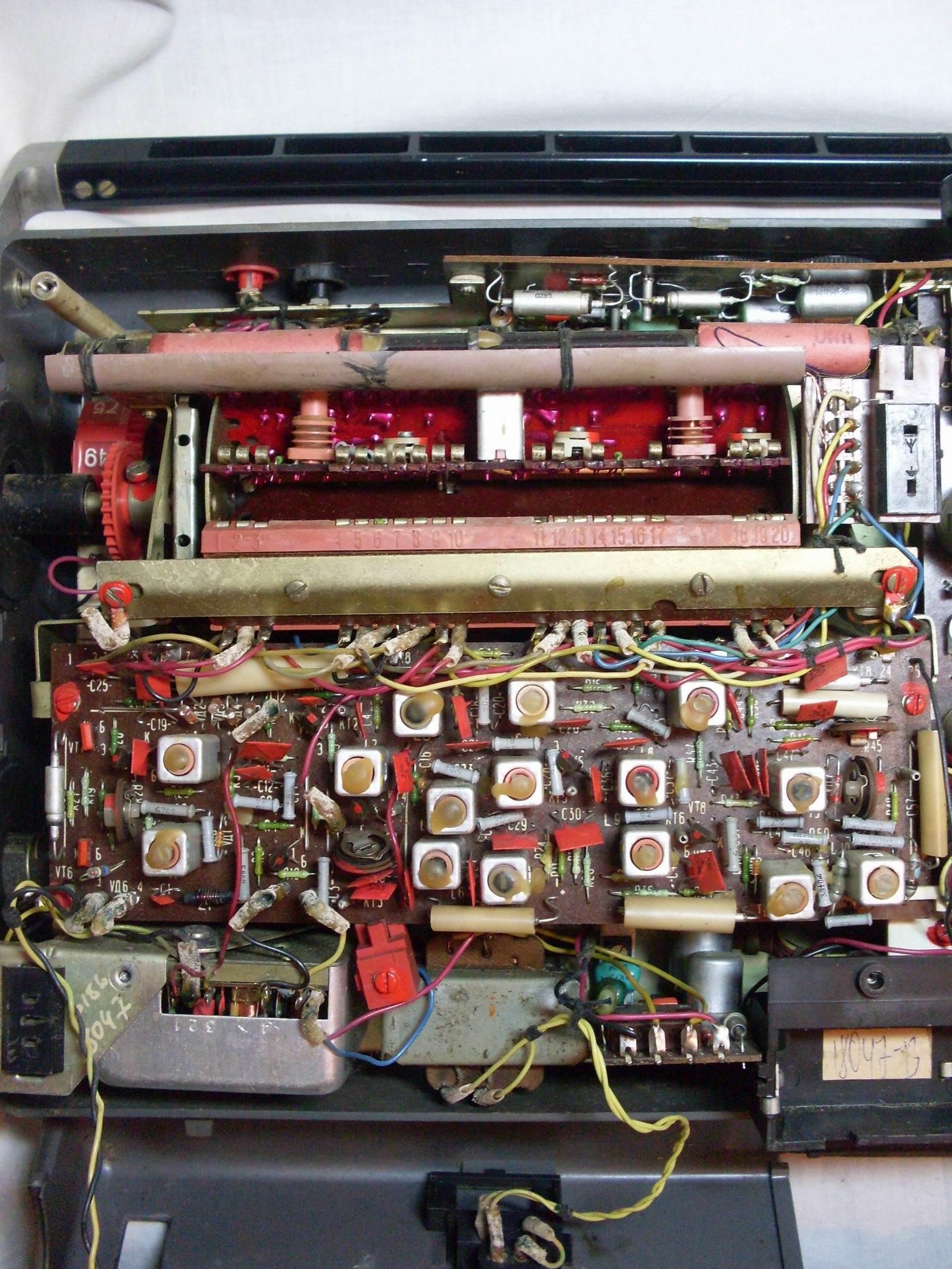 крупным планом плата радиоприемника и трансформатор питания