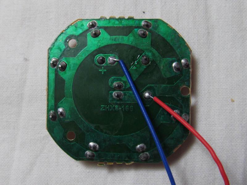 плата со светодиодами и резистором с обратной стороны
