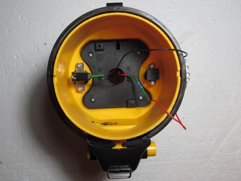 снят отражатель (видно общий резистор)