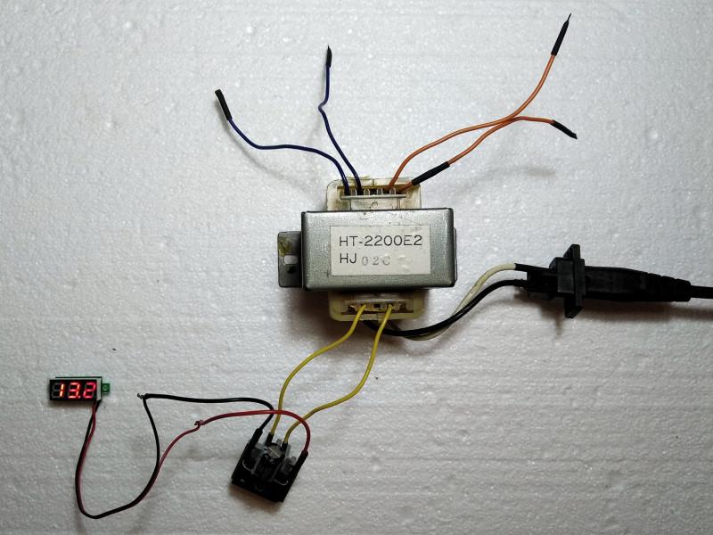 блок питания включен с вольтметром