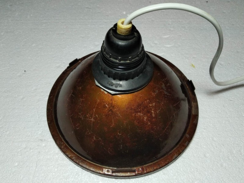 вставлен патрон и подключен к нему провод