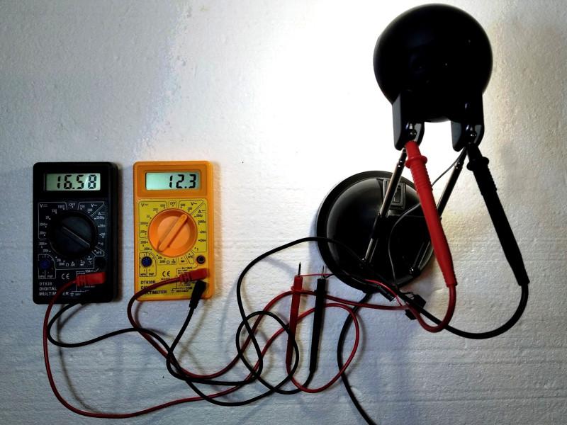черный измеряет AC, оранжевый DC