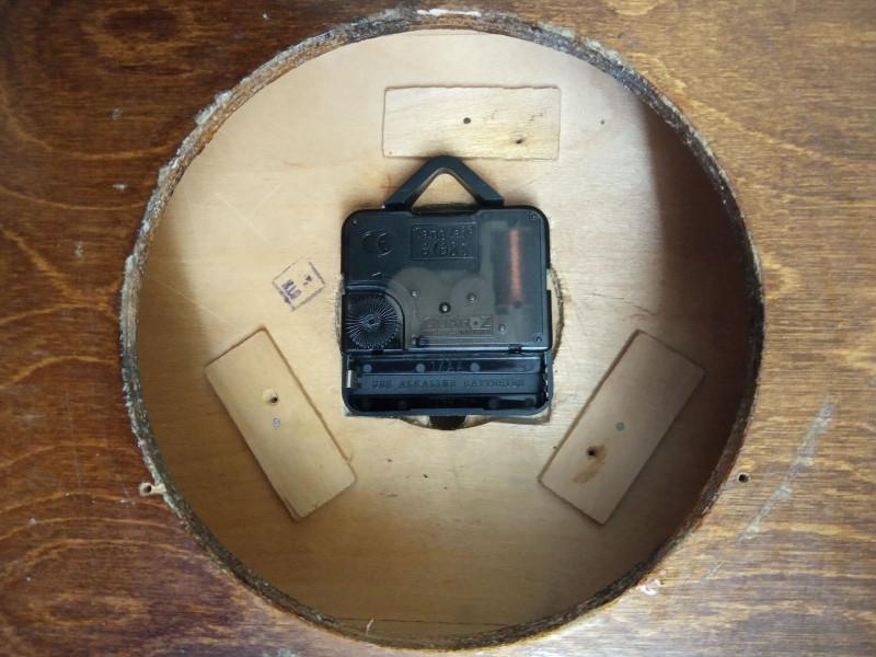 отверстие в корпусе с механизмом, закрываемое крышкой
