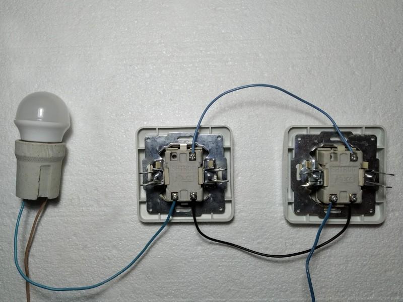 два проходных включателя подключены к лампочке