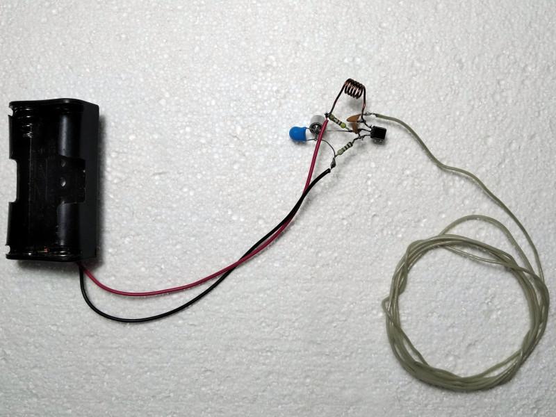 готовый передатчик с куском провода-антенной и отсеком для батареек