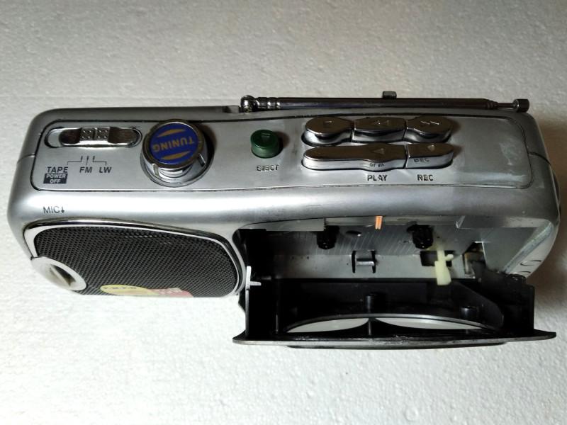 открыта крышка для кассеты