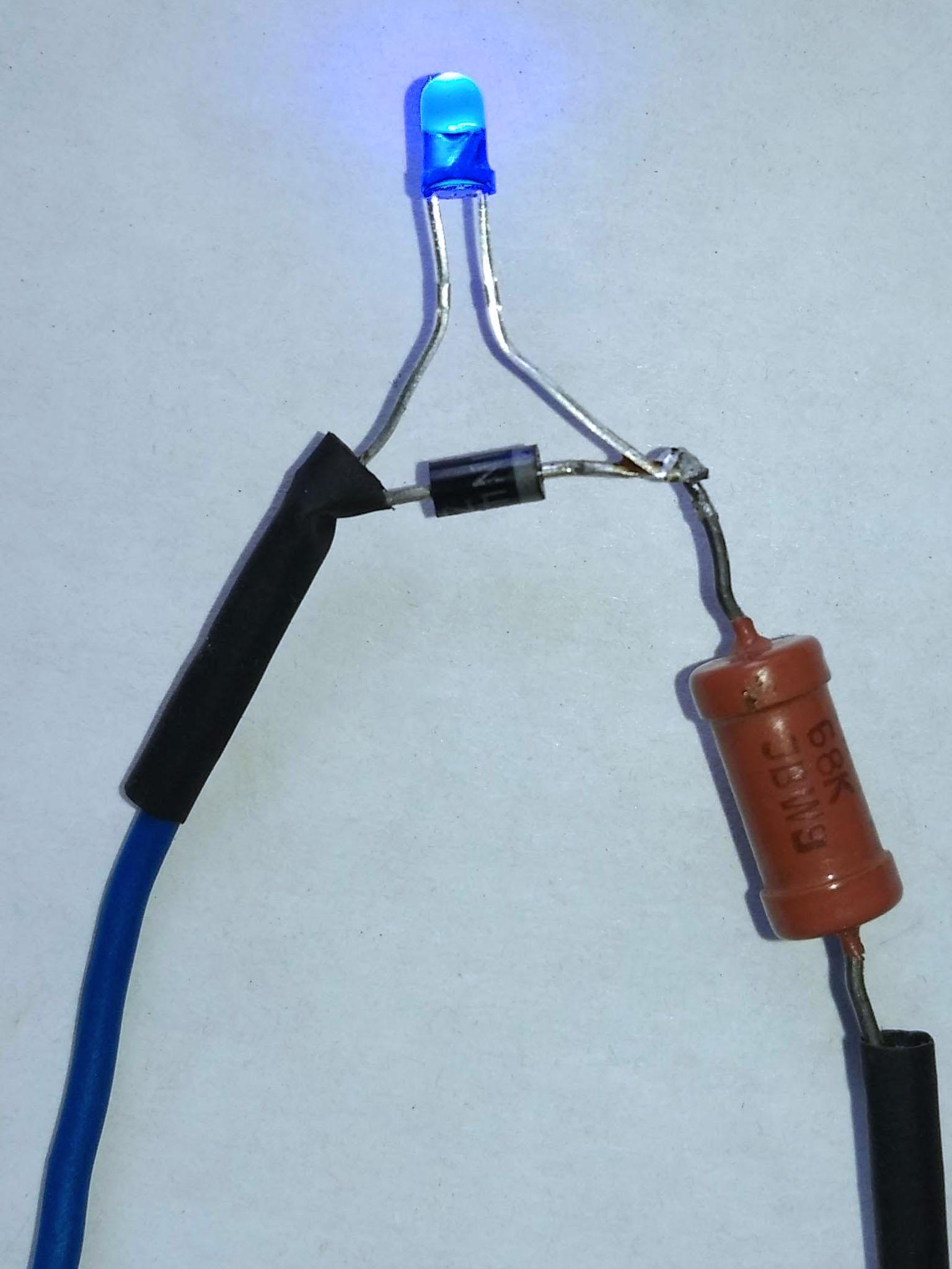 светодиод с резистором 68 кОм и включенным встречно – параллельно диодом