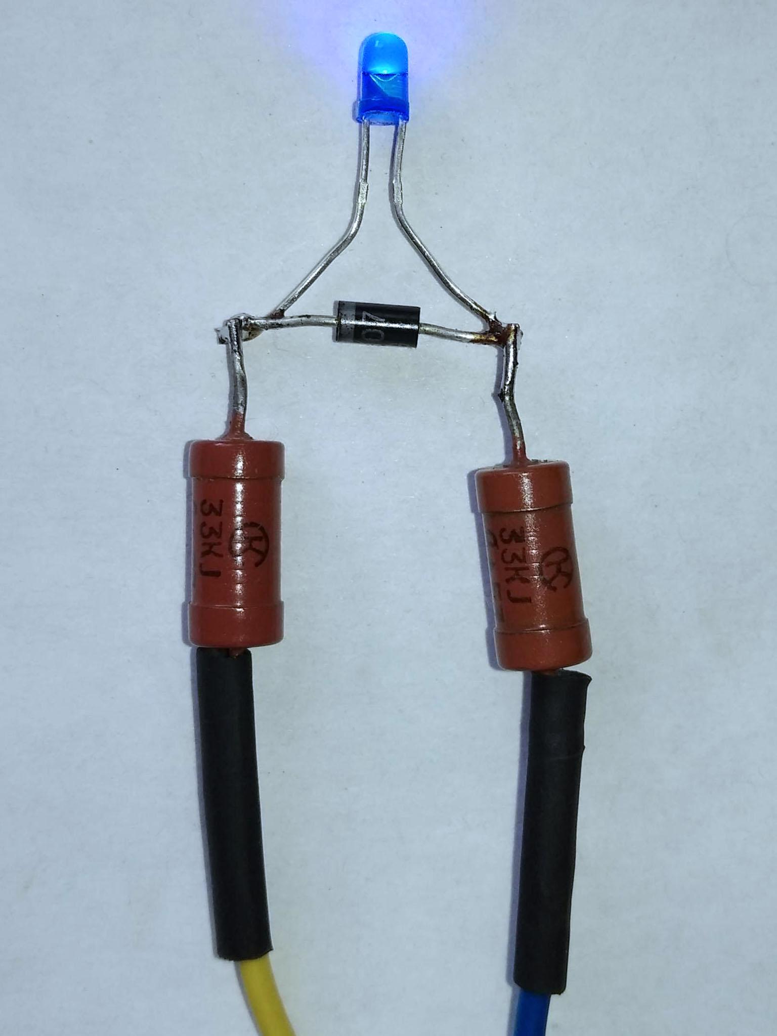 светодиод с двумя резисторами 33 кОм и включенным встречно – параллельно диодом