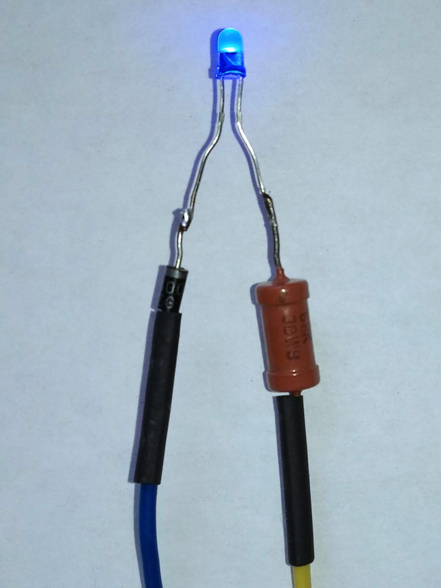светодиод с резистором 68 кОм и с включенным последовательно диодом