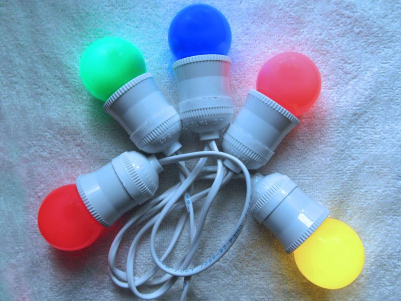 часть самодельной  гирлянды с лампочками