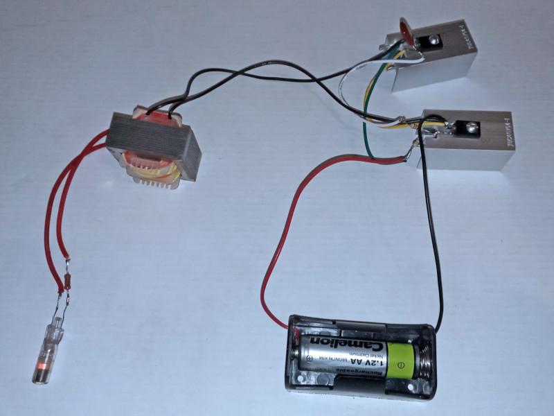 включена неонка через резистор 470 кОм