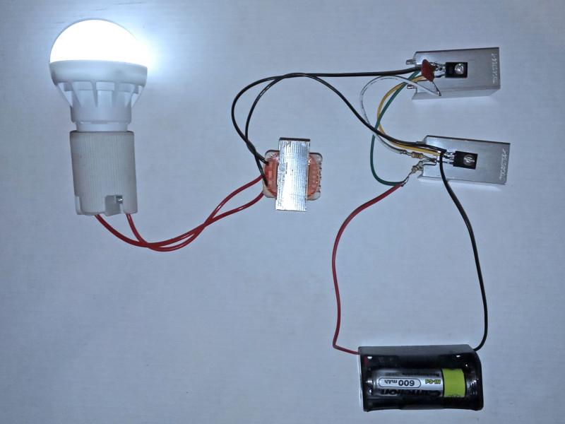 включена светодиодная лампочка на 3 Вт