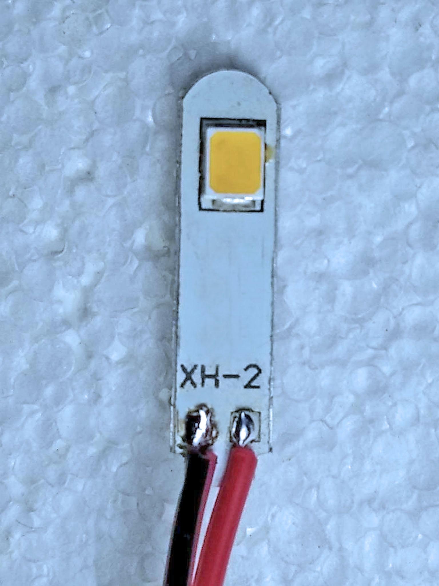 светодиод с проводами. красный - плюс, черный - минус