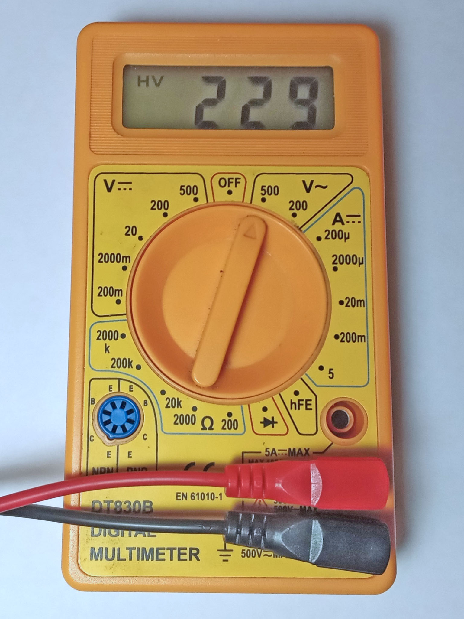DT830B работает от трех батареек LR2032