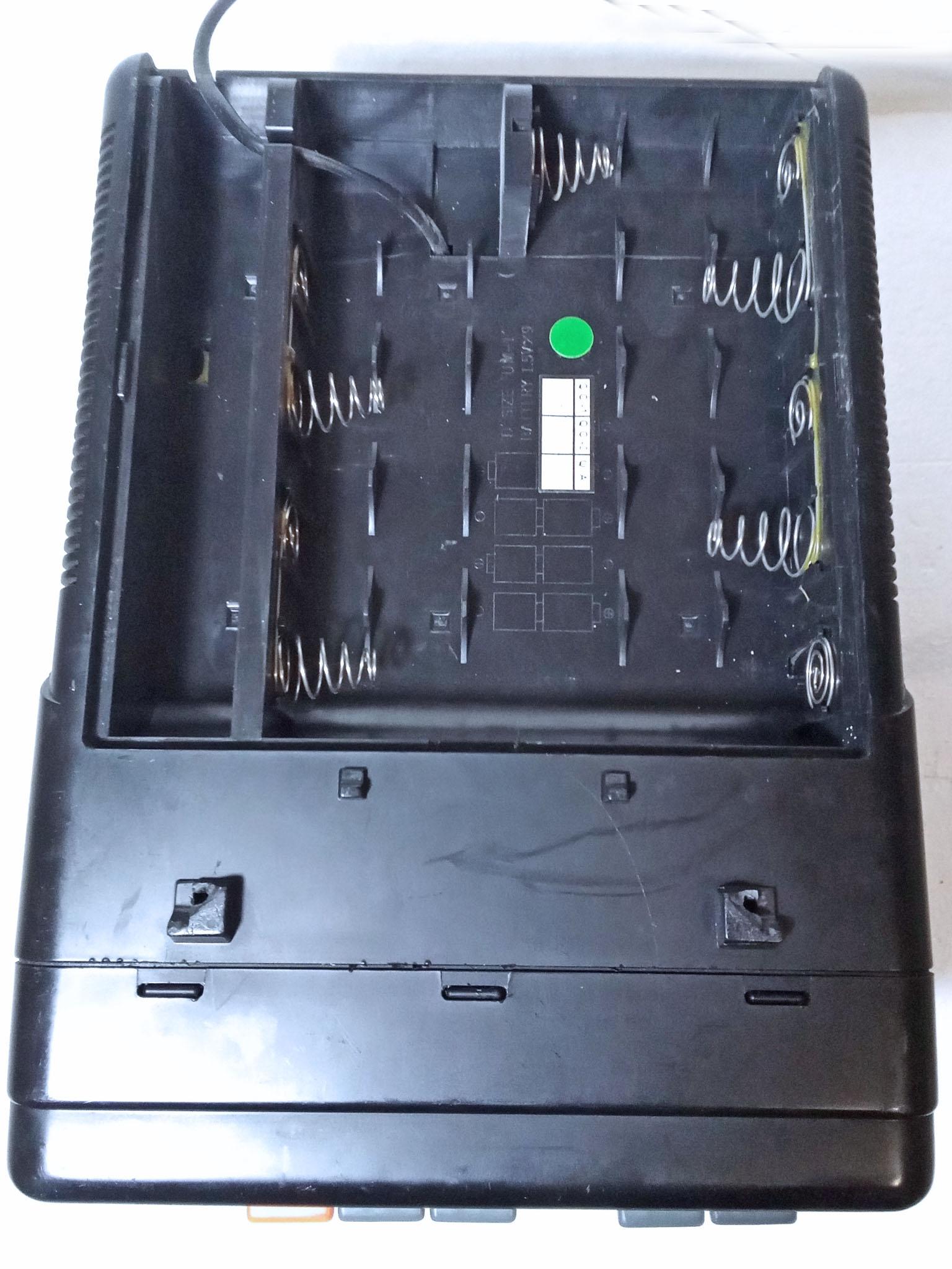 открыт батарейный отсек находящийся на нижней части корпуса