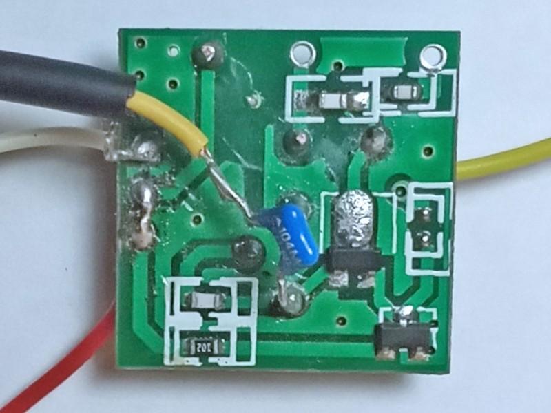 подключен провод для подачи звука через конденсатор на базу транзистора