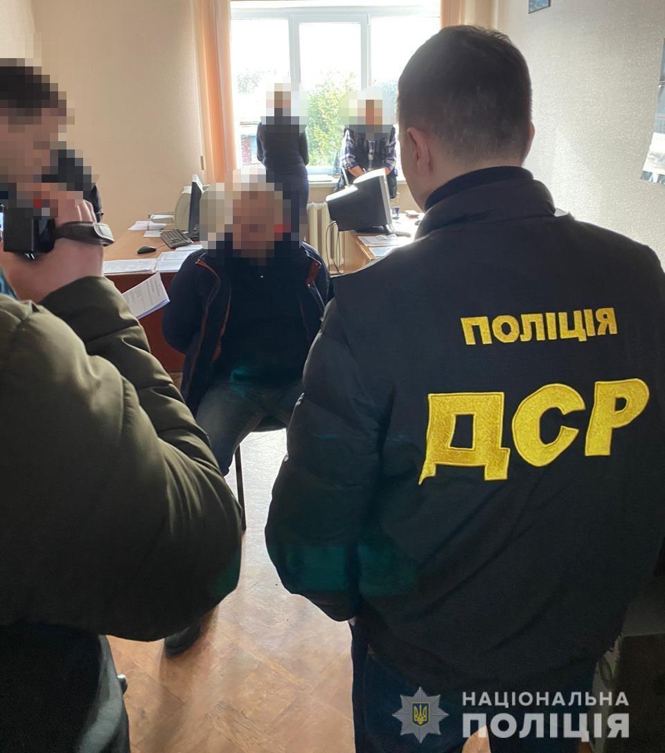 Момент задержания директора Казенного предприятия «Шосткинский казенный завод Звезда»