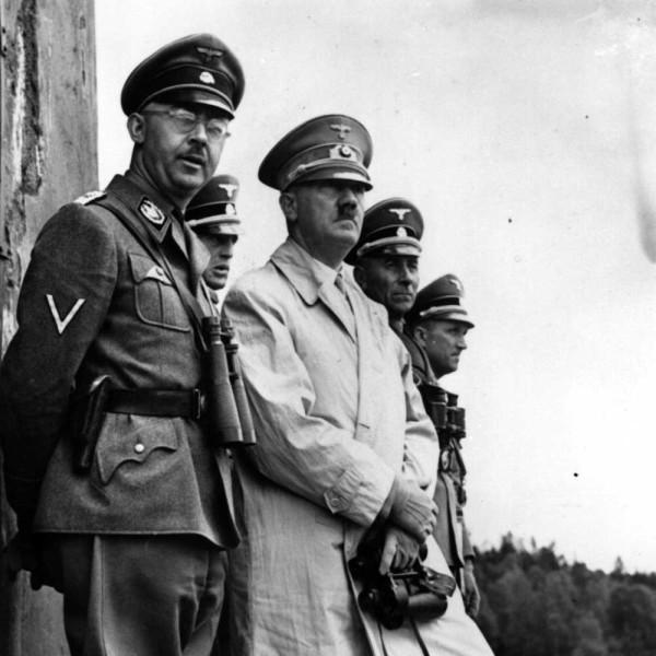 Hitler-руки на яйцах