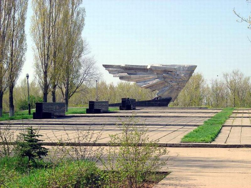 мемориал крылья Икара г.Ахтубинск имя Василия Луценко увековечено и возглавляет скорбный список