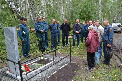 спасатели и скорее всего дочь уже бабушка у могилы Кузнецова