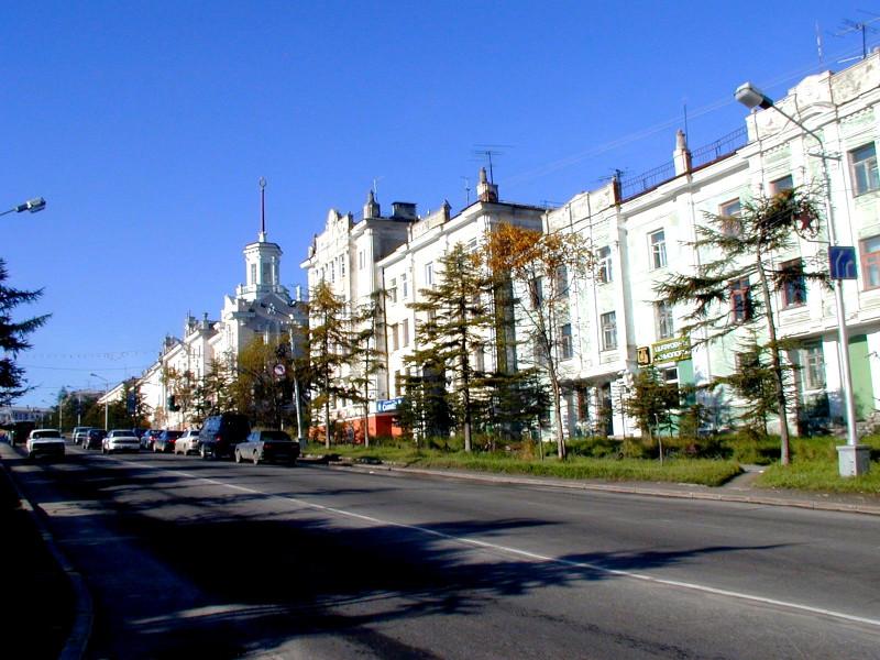 Ленина 22 квартира 25, мы жили на общей кухне, окно нашей комнаты на улицу, кинотеатр Горняк.